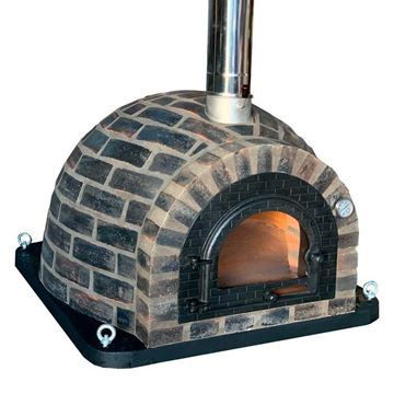 Outdoor pizza oven in refractory bricks